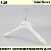 China KTV-002 white non slip plastic hanger velvet flocked coat hanger factory