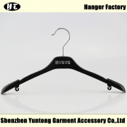 China WTP-006 cheap women plastic clothes hanger with shoulder notches factory